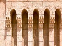 Ingång till gatan, en gränd med stenen och byggnader, passagen mellan byggnaderna i den arabiska islamiska islamiska varma vändkr royaltyfri bild