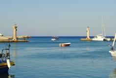 Ingång till hamnen av Rhodes Arkivfoton