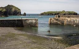 Ingång till hamnen på spröjslilla viken i Cornwall i England arkivbild