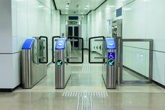 Ingång till hissen av järnvägsstationen för krympling royaltyfria foton