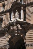 Ingång till historisk GPO-byggnad som byggs 1866-1874 med drottningen Victoria som stöttas av klassiska allegorier och vapensköld royaltyfria bilder