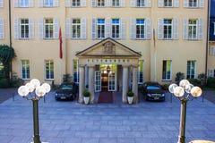 Ingång till hotellet Petersberg Arkivbilder