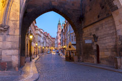 Ingång till Hradcany den gamla staden på natten, Prague Arkivbild