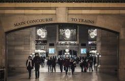 Ingång till huvudsaklig folkhop av den Grand Central terminalen med folk Arkivbild