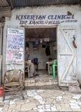 Ingång till kliniken i Arusha Arkivfoton
