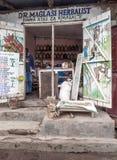 Ingång till kliniken i Arusha Arkivfoto