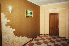Ingång till lägenheten Storslagen design - korridor och huvudsaklig dörr royaltyfri bild