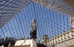 Ingång till Louvre till och med den glass pyramiden Arkivbilder