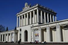 Ingång till museet i utställningmitten Royaltyfri Foto