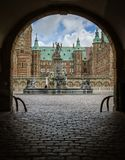 Ingång till och med en mörk port under en båge till den Frederiksborg ensemblen Royaltyfri Fotografi