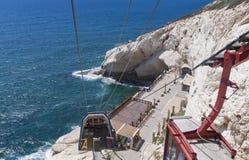 Ingång till Rosh Hanikra grottor från kabelbilen arkivbilder