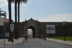 Ingång till slotten av citadelldatummärkningen i århundradet XV i Cascais Fotografi av gatan, natur, arkitektur, historia arkivbild
