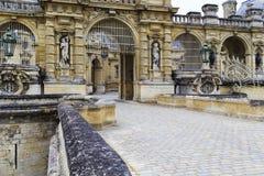Ingång till slotten Chantilly arkivbilder