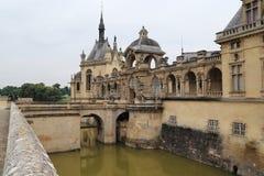 Ingång till slotten Chantilly royaltyfria foton