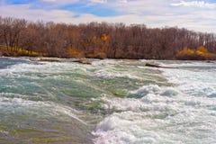 Ingångar av Niagara River från den amerikanska sidan Arkivfoto