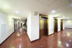 Ingångar till hissar och marmorgolvet Arkivfoton