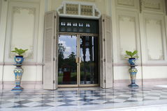 Ingången av den Abhisek Dusit biskopsstolen Hall, Dusit slott i Bangkok, Asien Royaltyfri Fotografi