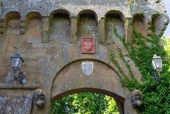 Ingången av en forntida medeltida by royaltyfri fotografi