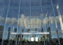 Ingången av en modern byggnad arkivfoton