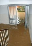Ingången av ett hus översvämmade fullständigt under översvämningen av riven Royaltyfria Foton