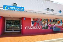 Ingången av mitten för turist- information av Canberra royaltyfri foto