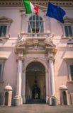Ingången av Palazzoen del Quirinale, Rome, Italien royaltyfria foton