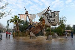 Ingången av piratkopierar av det karibiskt i Disneyland royaltyfria bilder