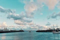 ingången av staden dagar för marina precis för den atlantiska korsningen för bågen som seglar regatta, startar under solnedgång arkivfoton