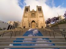 Ingången kliver upp till Grace Catholic Cathedral i San Francisco, Kalifornien Royaltyfria Bilder