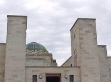 Ingången och kupolen av den australiska krigminnesmärken Arkivbild