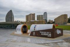 Ingången på en utställning i Heydar Aliyev parkerar Arkivfoton