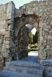 Ingången till de medeltida väggarna i staden parkerar på ön av Rhodes i Grekland Arkivfoto