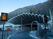 Ingången till den Mont Blanc tunnelen på den franska sidan arkivfoton
