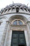 Ingången till den största baptisteryen i världen Dekorerat med prydnaden och diagram från en tänd historia fotografering för bildbyråer
