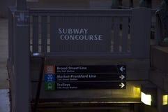 Ingången till den underjordiska gångtunnelen fodrar på det Philadelphia stadshuset royaltyfri bild
