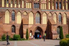 Ingången till domkyrkan av Kaliningrad med att gå folk arkivbild