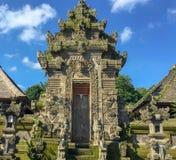 Ingången in till en by som planläggs specifikt för turister i Ubud, Bali, Indonesien arkivbilder
