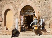 Ingången till ett litet shoppar med souvenir i Assisi italy Royaltyfri Fotografi