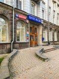 Ingången till filialen av den ryska stolpen och stolpen packar ihop i Pskov arkivfoton