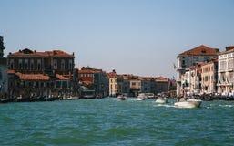 Ingången till Grand Canal i Venedig, sikt från fartyget Italien sommartid, loppbegrepp royaltyfria foton