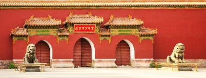 Ingången till Hallen av den imperialistiska livslängden i Jinshan parkerar, Peking arkivbild