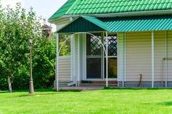 Ingången till huset eller skjulet Arkivfoton