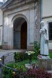 Ingången till kloster av Serra San Bruno med statyn Arkivbild