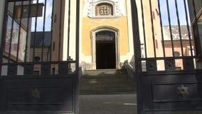 Ingången till kyrkan glidareskott lager videofilmer