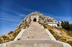 Ingången till mausoleet av den Lovcen nationalparken himmeltrappa till Montenegro royaltyfria foton