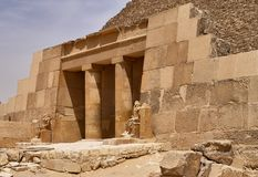 Ingången till pyramiden av Cheops Khufu, den stora pyramiden av Giza - det störst av de egyptiska pyramiderna - på en solig dag, arkivfoton