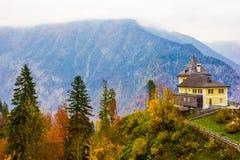 Ingången till saltar minen i Hallstatt, Österrike royaltyfri foto