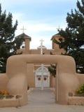 Ingången till Sanen Francisco de Asis Church i Taos, mjauar mig Royaltyfri Foto