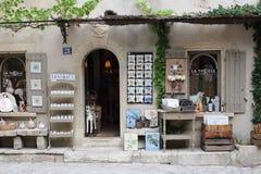 Ingången till souvenir shoppar i Les Baux-de-Provence royaltyfri fotografi