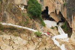 Ingången till Thamen Ting grottan med över 4000 Buddhadiagram i Luang Prabang, Laos Arkivfoto